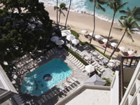 ホテルの部屋からプールを望む。