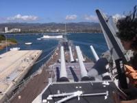 ミズーリ艦橋よりU.S.S.アリゾナ記念館(奥の洋上の白い建物)を撮影